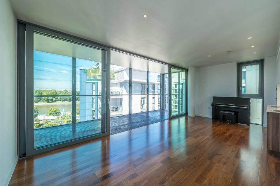 This spacious five bedroom apartment to rent in SW18 offers panoramic river views